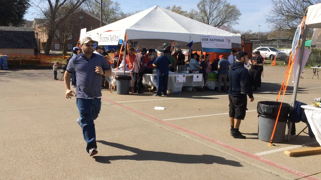 a man runs to get a taste of the dallas kosher chili cook-off