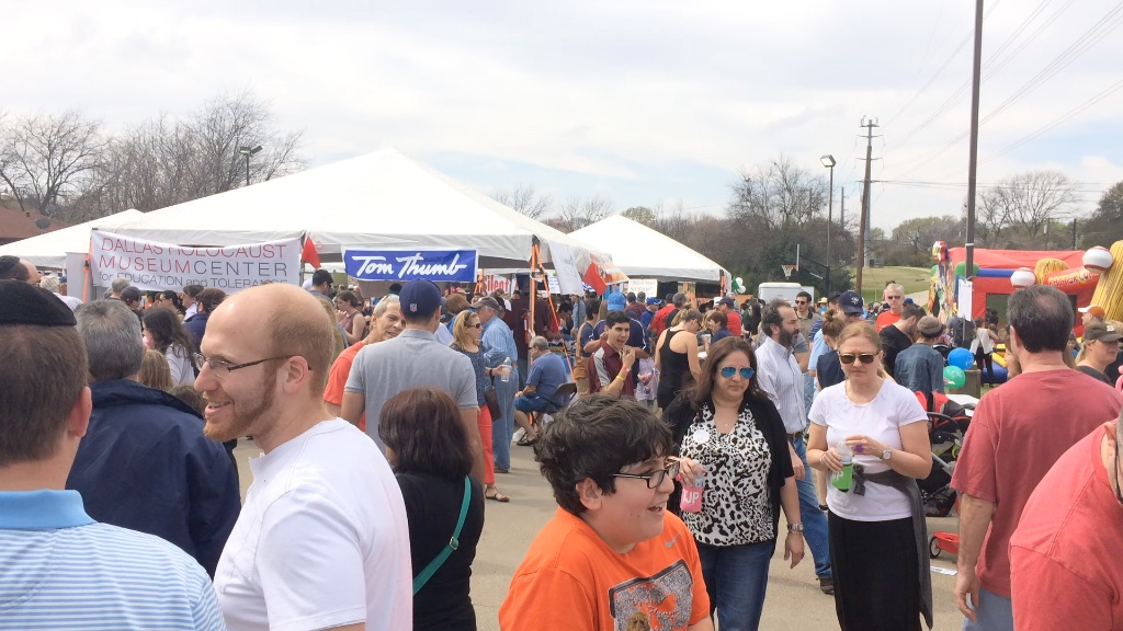 crowds pack the dallas kosher chili cook-off.